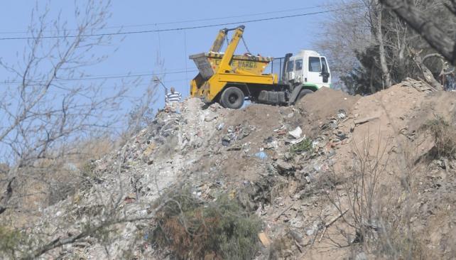 Preparado. El conductor coloca el camión en posición (Martín Baez).