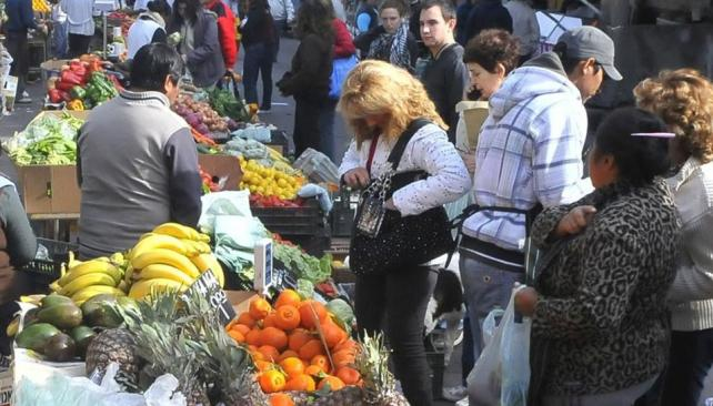 Variedad y calidad. Los vecinos se acercan a la feria de Alta Córdoba en busca de frutas, verduras, carnes y flores. Comprar en los puestos es más barato que hacerlo en el supermercado o en la verdulería (La Voz / Raimundo Viñuelas).