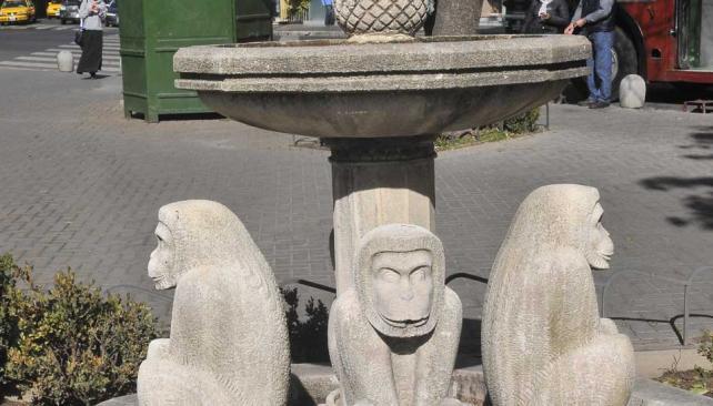 PLAZA MIRIZZI. Los monitos deberían escupir agua, pero no funcionan desde su relocalización (La Voz/Raimundo Viñuelas).