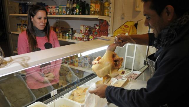Nuevo Poeta. En la pollería de Gustavo, el pollo está a $ 14. Ivana compra siempre: lo cambió por la carne (La Voz / Darío Galiano).