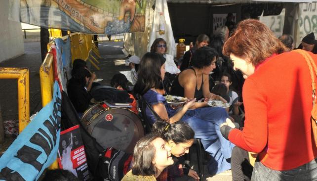 Aguante. Ambientalistas y asociaciones civiles acompañan a las madres con carpas y ollas populares fuera de Tribunales (Ramiro Pereyra/LaVoz).