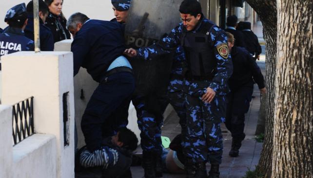 Batahola. Los policías intentan detener a los manifestantes. Uno de los de azul sufrió un corte en la frente, producto de una piedra (La Voz).