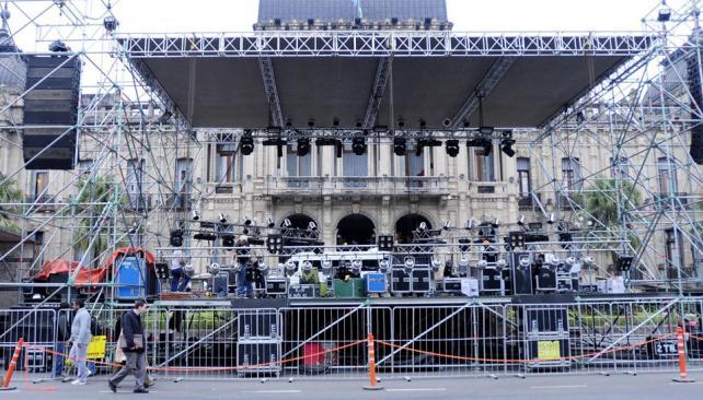 Preparativos. Un gran escenario se montó frente a la Casa de Gobierno para la celebración del diario (Gentileza La Gaceta).