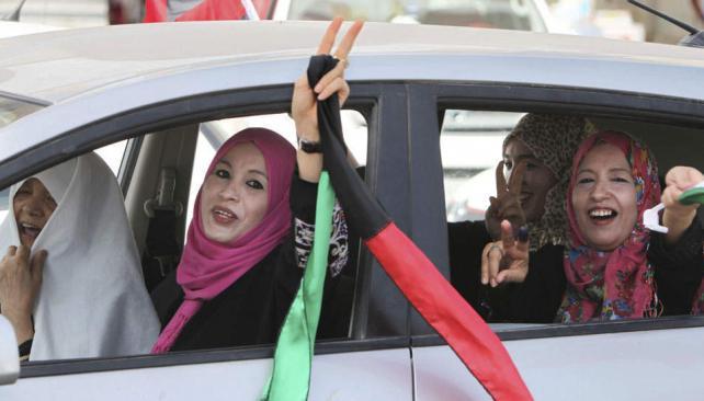 Optimistas. Mujeres libias celebran su posibilidad de elegir después de décadas de un régimen autoritario que destrozó las instituciones (AP).