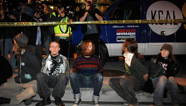 LOS ÁNGELES. Desalojan a los manifestantes (AP).