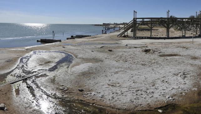 Al desnudo. La laguna va bajando y deja huellas de sal, que luego el viento esparce por la zona. En 2003, la laguna ocupaba 600 mil hectáreas. Hoy, 450 mil.