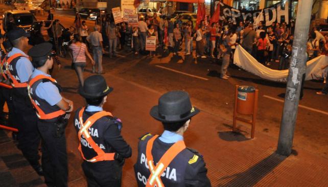 RECLAMO. Familiares y vecinos de Facundo manifestaron anoche hasta la Jefatura de Policía para pedir por la desaparición del joven. (Martín Baez / La Voz).