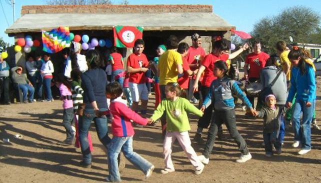 Derechos y cultura. En la comuna de La Encrucijada, la UNC ayuda a los niños a recuperar los saberes locales con arte.