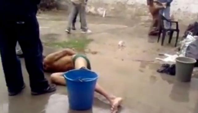 TORTURAS. El video muestra las agresiones a los detenidos (Captura video).