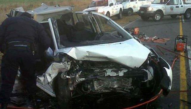 Ausonia. Dos autos chocaron de frente ayer a la madrugada. Hubo tres fallecidos y dos heridos con lesiones graves (Gentileza Bomberos Villa María).