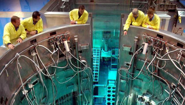 De exportación. Técnicos de Invap observan el núcleo del reactor Opal que diseñaron para Australia. Es la joya mundial de la tecnología atómica para la investigación y producción de radioisótopos (Gentileza invap).