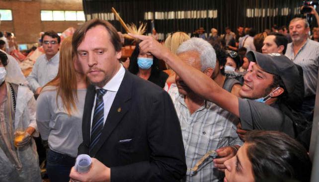 """Ataques. Marcelo Conrero, decano de Ciencias Agropecuarias de la UNC, agredido por los """"anti-Monsanto"""". Con un vaso le tiraron glifosato (La Voz / Sergio Cejas)."""