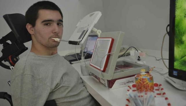 Agustín. Es cuadripléjico, pero eso no le impide tener promedio de 9,40 en Ingeniería Mecánica de la Universidad Católica de Córdoba (Pedro Castillo/La Voz)