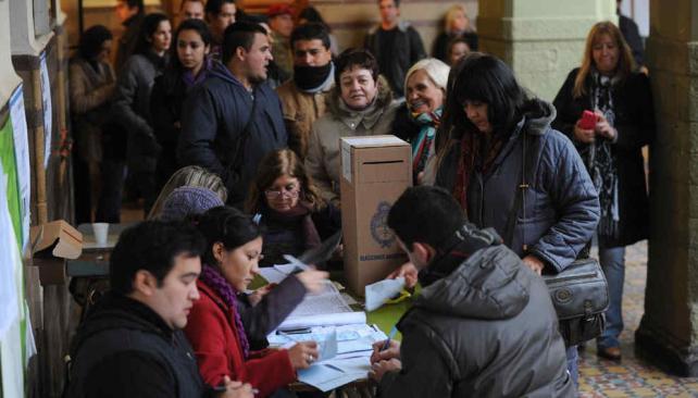A votar. Las autoridades de mesa no deben dejarse influenciar por fiscales u otras personas (Ramiro Pereyra/Archivo).