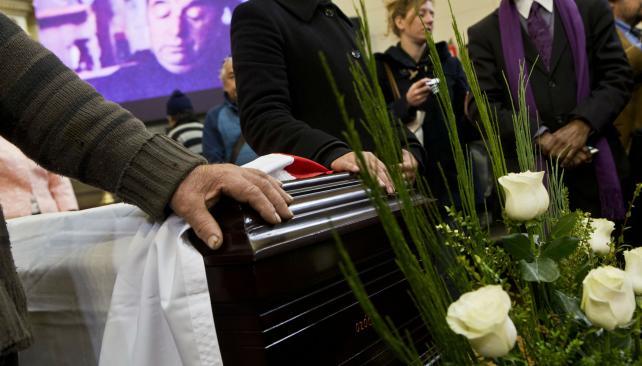 http://www.lavoz.com.ar/mundo/funeral-del-pueblo-para-pablo-neruda
