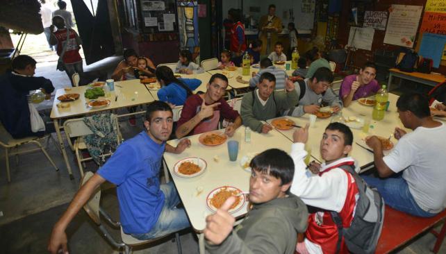 Alimento. En el comedor de La Luciérnaga se sirven unas 15 mil raciones al año. Es una de las acciones de la fundación con sede en Güemes (Pedro Castillo/LaVoz)