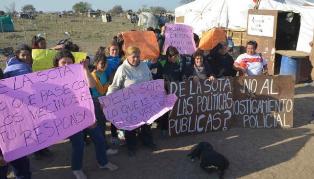 Reclamo. Los ocupantes apuntan al gobernador De la Sota y a la intendenta Myrian Prunotto por no escuchar sus reclamos por tierras (Facundo Luque/La Voz)