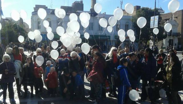 DEMANDA. En junio, los albinos de Córdoba exigieron una ley que ampare sus costosos tratamientos médicos.