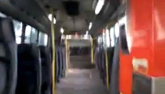 COLECTIVO. El ómnibus se ve vacío mientras suena el timbre de fondo (Captura de video).