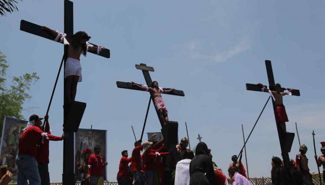 FILIPINAS. Creyentes se clavaron en cruces de madera (AP).