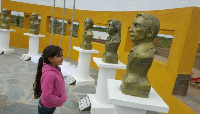 Polémica incluida, intendente K inauguró el 1er. monumento a Macri