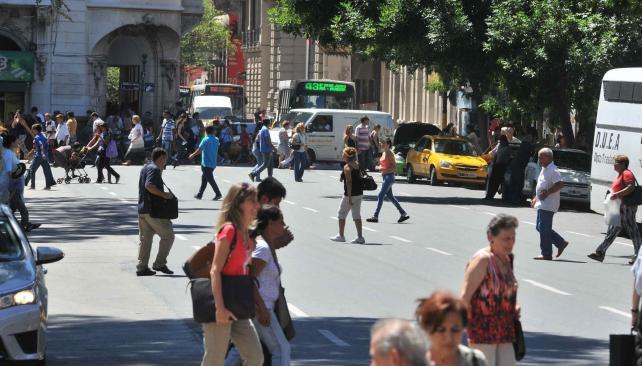La mayoría de la gente no recurre a la senda peatonal para cruzar, en pleno centro (Antonio Carrizo/LaVoz)
