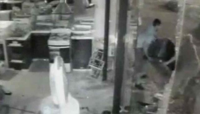 SAQUEOS. Así se llevaban una cocina del comercio de barrio Escobar (Captura de video).
