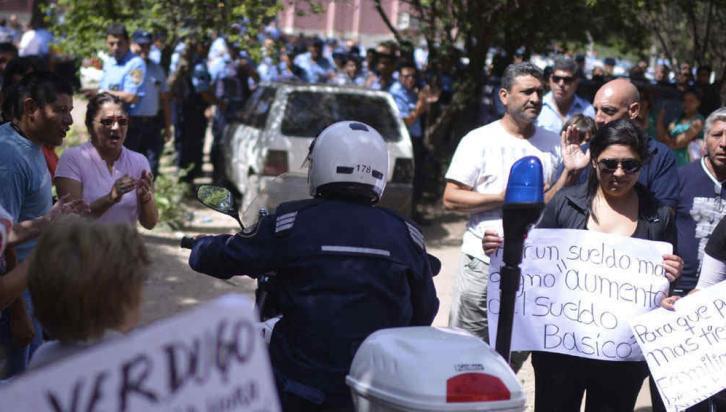 El comienzo. En las primeras horas del martes se agranda la concentración de policías que había comenzado durante la mañana. También están las esposas en el acuartelamiento en la sede del CAP (La Voz / Pedro Castillo).