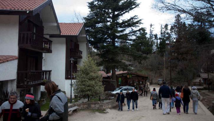 PEATONAL. Las pequeñas calles zigzagueantes entre pinares hicieron que, ante la mayor cantidad de visitantes, La Cumbrecita se transformara en el primer pueblo peatonal del país, salvo para sus habitantes y turistas alojados (La Voz).