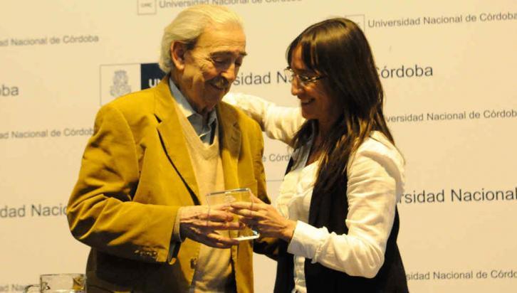 UNC. Juan Gelman recibe un premio de la mano de Carolina Scotto (Facundo Luque/Archivo).