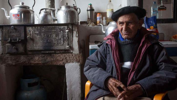 Bien arriba. Marcos Domínguez en su casa, que habita desde hace 70 años, a 2.500 metros de altura (La Voz).