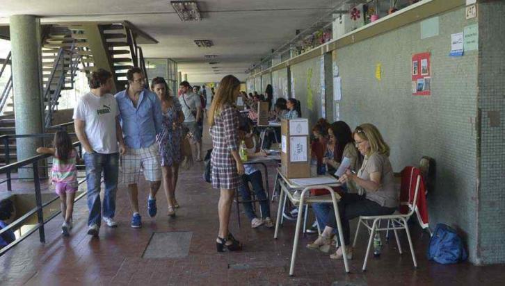 ELECCIONES. En la escuela Deán Funes de la ciudad de Córdoba (Pedro Castillo).
