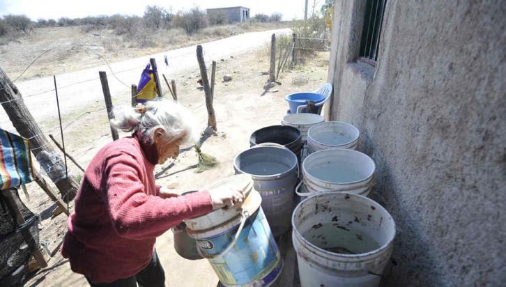 TULUMBA. Doña Sixta acumula agua en tachos de plástico por la sequía (La Voz/R. Pereyra).