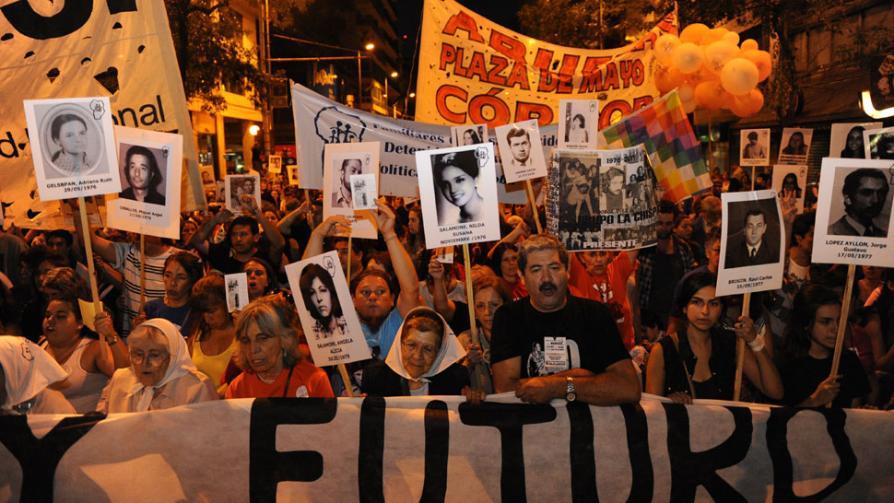 MARCHA. En Córdoba, organizaciones de Derechos Humanos y vecinos se movilizaron por el centro de la ciudad (Pedro Castillo / La Voz).