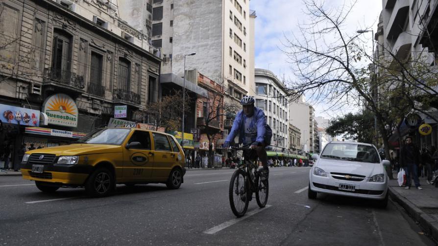 En sus marcas. Los cuatro periodistas se preparan para salir al mismo tiempo, el jueves pasado, a las 12 del mediodía (La Voz / Ramiro Pereyra / Martín Baez).