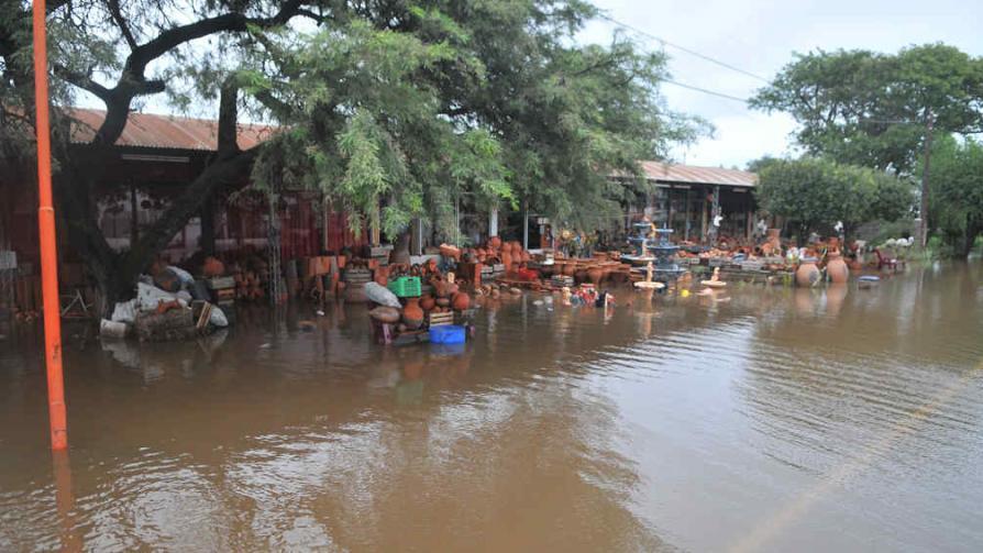 SANTIAGO TEMPLE. La ruta 19 quedó bajo agua. El jueves por la tarde ya lograron habilitar el tránsito, aunque sólo media calzada en los tramos afectados (La Voz).