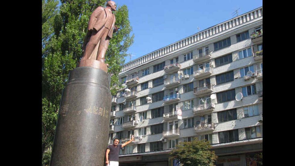 Antes y después. A la izquierda, Sigismondi, ante la estatua de Lenin en Kiev.  A la derecha, el ícono  ruso es destruido por los manifestantes proeuropeos (Pablo Sigismondi).